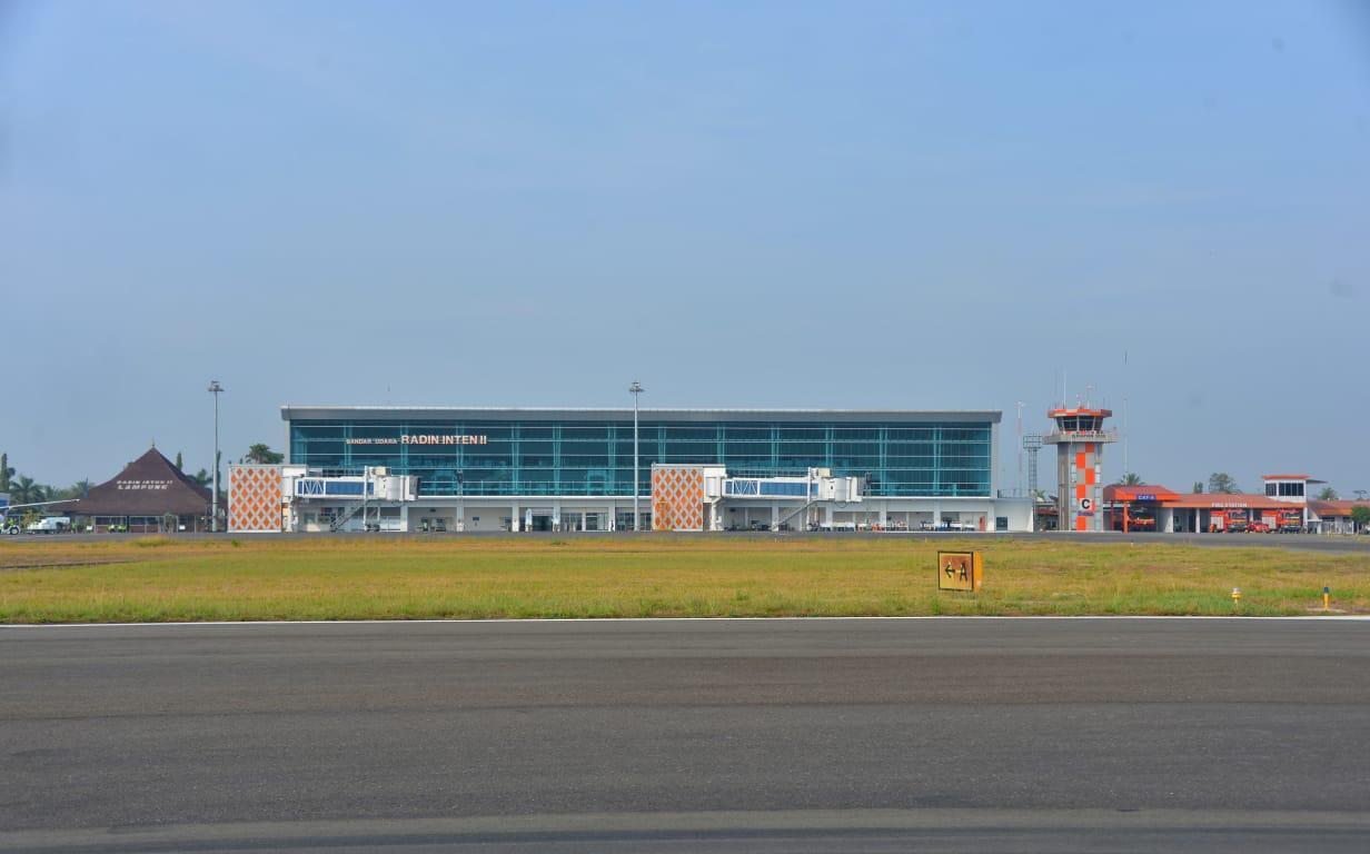https: img-k.okeinfo.net content 2019 10 12 320 2116104 bandara-radin-inten-ii-bakal-dikembangkan-untuk-penerbangan-haji-dan-umroh-wriAevXzTN.jpeg