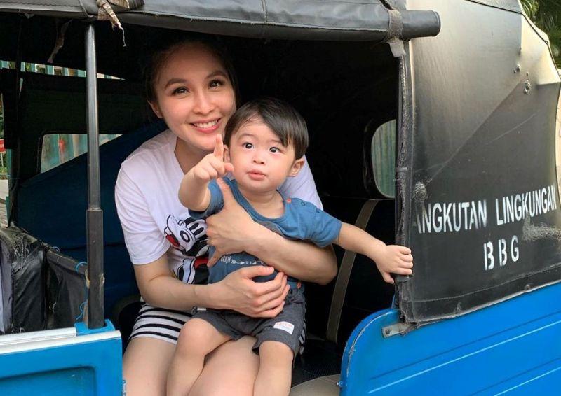 https: img-k.okeinfo.net content 2019 10 13 33 2116274 sandra-dewi-ajak-anak-naik-bajaj-netizen-orang-kaya-paling-top-wkvLzXpWjf.jpg