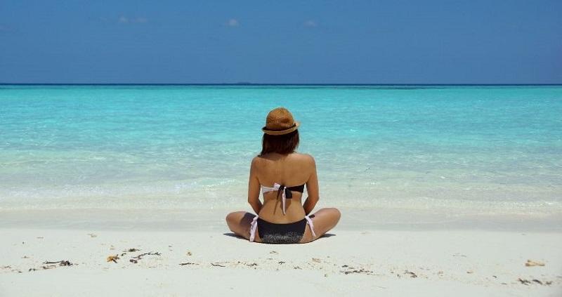 https: img-k.okeinfo.net content 2019 10 15 194 2117383 pakai-bikini-di-pantai-wanita-ini-malah-kena-denda-YVgMxhWajX.jpg