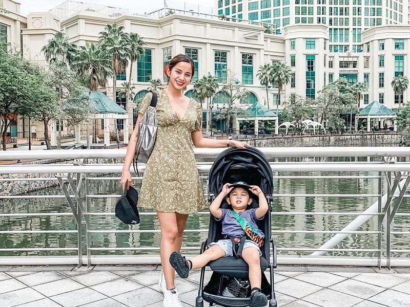 https: img-k.okeinfo.net content 2019 10 15 406 2117093 seksinya-hot-mom-kirana-larasati-ajak-anak-liburan-ke-singapura-NOvaqM0IcU.jpg