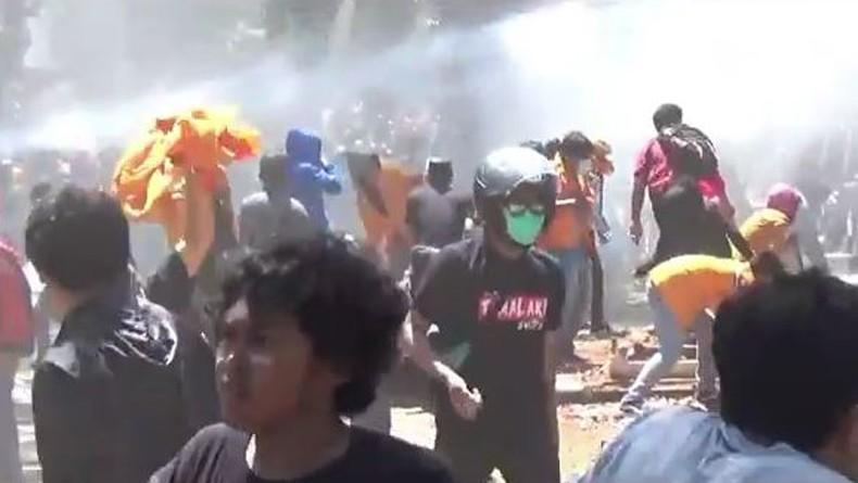 https: img-k.okeinfo.net content 2019 10 16 337 2117708 6-polisi-bawa-senpi-amankan-demo-mahasiswa-di-kendari-disidang-disiplin-besok-nEg6uEJrAn.JPG