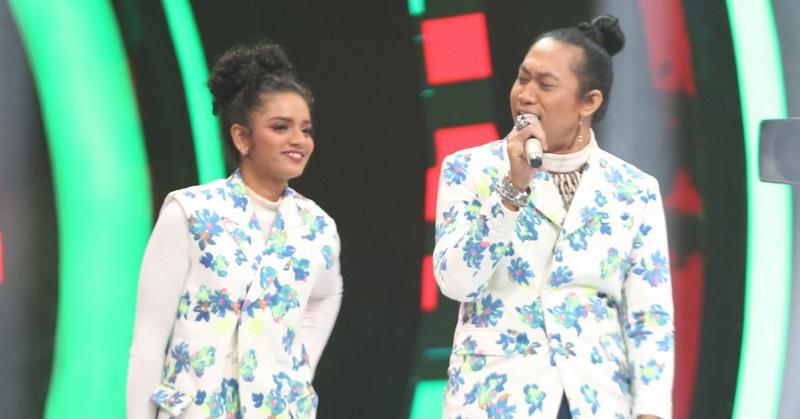 https: img-k.okeinfo.net content 2019 10 18 598 2118925 duet-romantis-peserta-the-voice-indonesia-2019-nyanyikan-lagu-senorita-kmWkmkfZAv.jpg