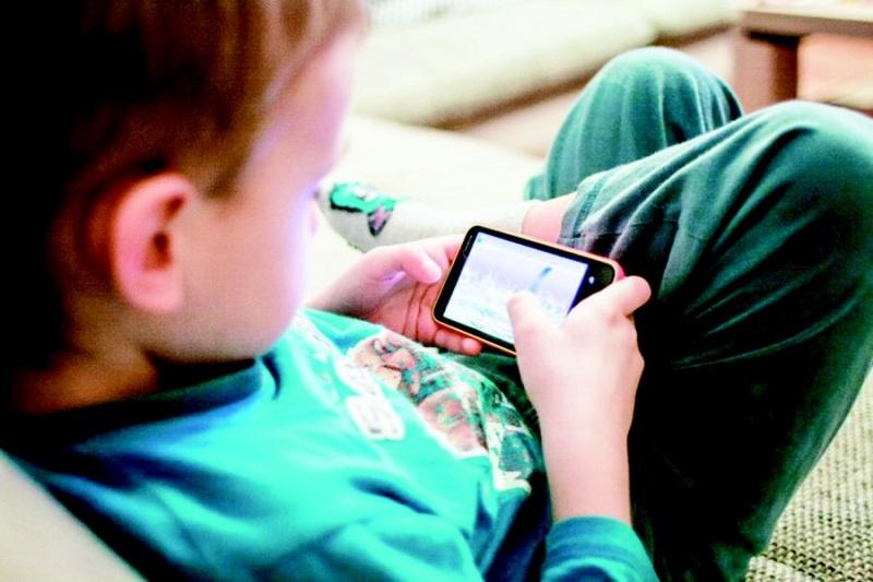 https: img-k.okeinfo.net content 2019 10 19 337 2119126 pola-asuh-orangtua-kian-lemah-anak-anak-jadi-budak-gadget-nya-eTbiWV3BzQ.jpg