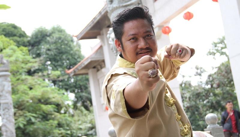 https: img-k.okeinfo.net content 2019 10 21 206 2119926 ki-kusumo-gabungkan-aktor-indonesia-dan-mandarin-di-film-lo-ban-teng-0GV0z9I8GI.jpeg