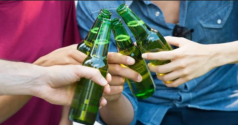 https: img-k.okeinfo.net content 2019 10 22 298 2120381 bukan-tanpa-sebab-ini-alasan-botol-minuman-bir-selalu-berwarna-hijau-0NOkiq38cK.jpg