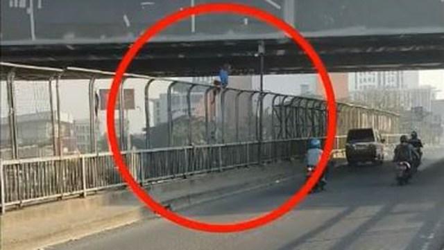 https: img-k.okeinfo.net content 2019 10 22 337 2119951 viral-polisi-selamatkan-pria-hendak-bunuh-diri-dari-jembatan-tol-cikampek-NKOFu07YnT.jpg
