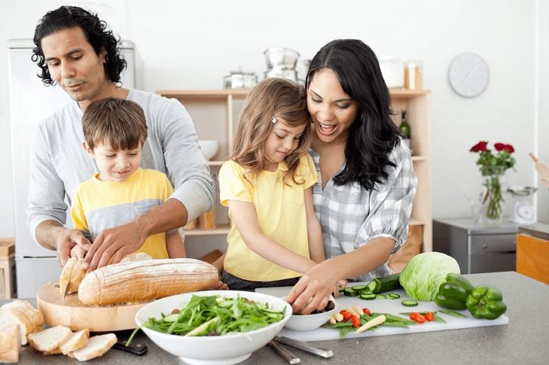 https: img-k.okeinfo.net content 2019 10 24 298 2121284 masak-bersama-si-kecil-ini-dampaknya-untuk-tumbuh-kembang-anak-W1eDzEW0aU.jpg