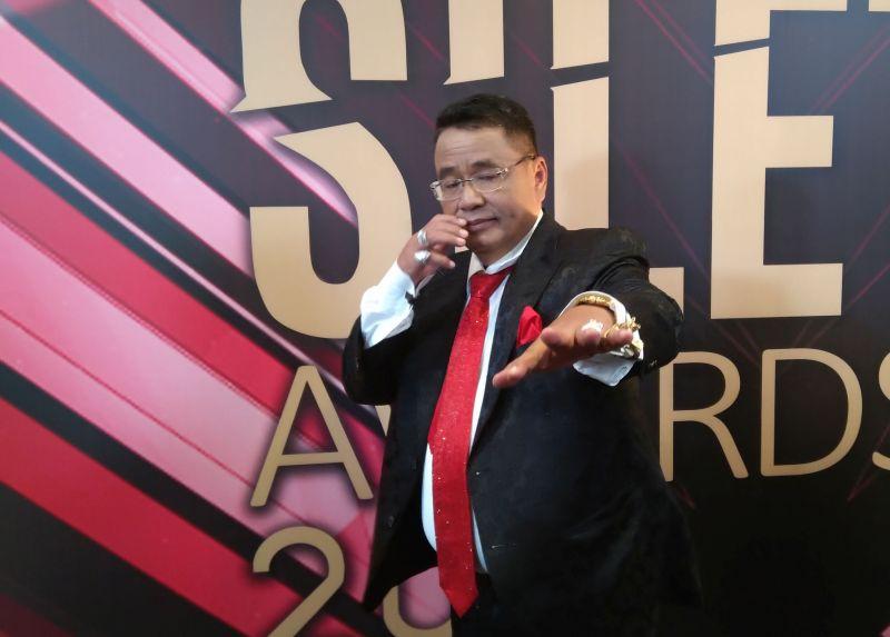 https: img-k.okeinfo.net content 2019 10 26 33 2122012 hadiri-silet-awards-2019-hotman-paris-pakai-dasi-seharga-rp1-miliar-tEac3eZNcx.jpg