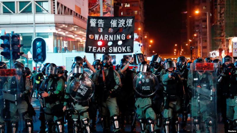 https: img-k.okeinfo.net content 2019 10 27 18 2122367 demonstran-hong-kong-bergerak-setelah-polisi-tembakkan-gas-air-mata-noto9S0P6p.jpg