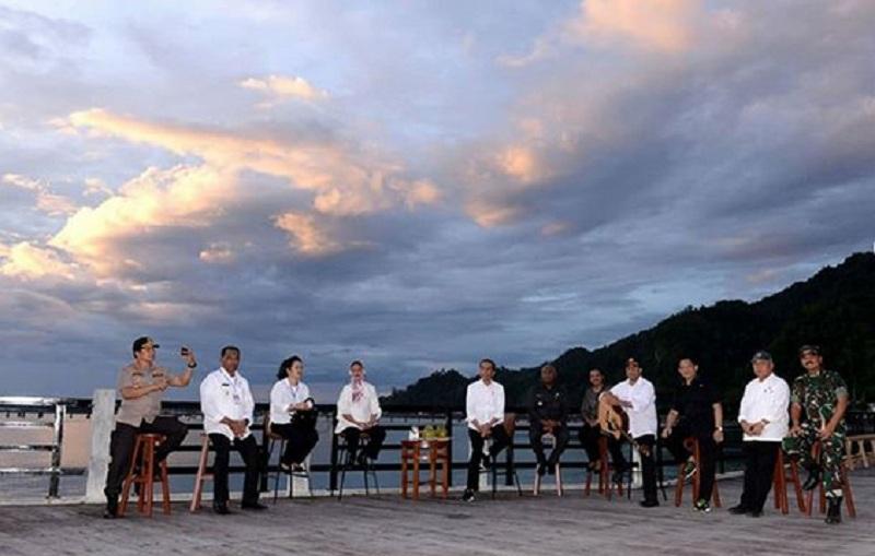 https: img-k.okeinfo.net content 2019 10 28 320 2122512 bersantai-di-pinggir-pantai-papua-ini-harapan-budi-karya-nAHt6LywXr.jpg