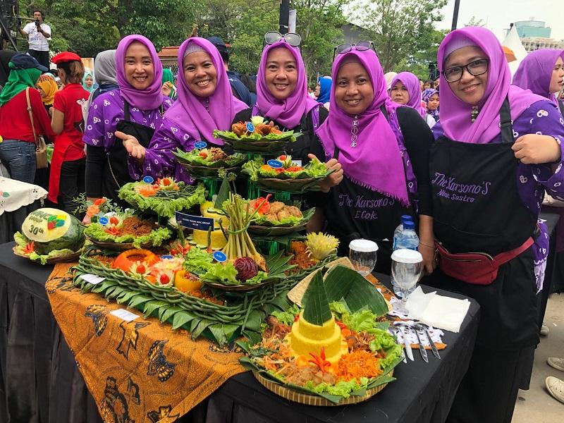 https: img-k.okeinfo.net content 2019 11 03 298 2125201 dinilai-chef-juna-kelompok-masak-tangerang-jadi-pemenang-pertama-di-mnc-fest-2019-iwGy3tWmmm.jpg