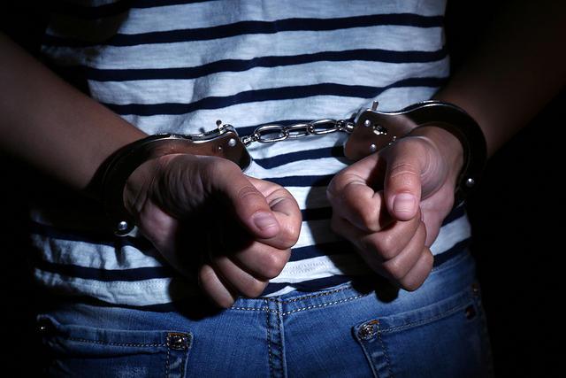 https: img-k.okeinfo.net content 2019 11 06 338 2126616 simpan-senjata-api-ilegal-2-pemuda-terancam-20-tahun-penjara-Q2IArnFiiq.jpg