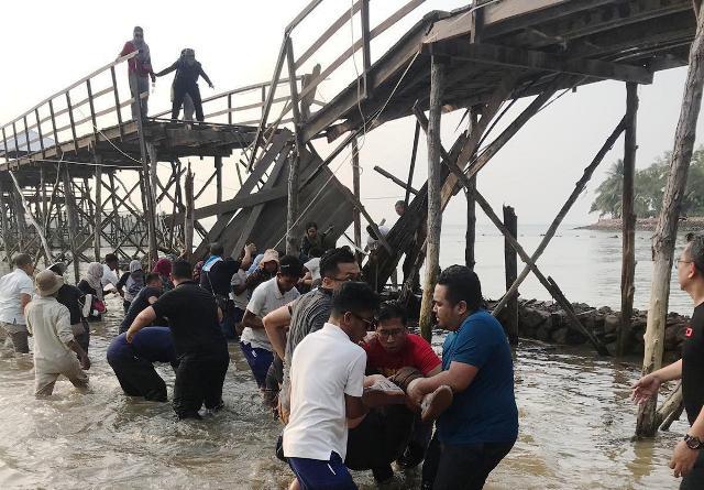 https: img-k.okeinfo.net content 2019 11 07 340 2127139 dua-orang-diperiksa-terkait-robohnya-jembatan-di-montigo-resort-batam-TkwLNHpE2t.jpg