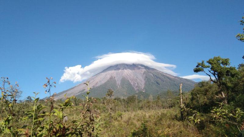 https: img-k.okeinfo.net content 2019 11 07 519 2126963 heboh-gunung-semeru-diselimuti-awan-mirip-topi-caping-begini-faktanya-BXpaJnAHmh.jpg
