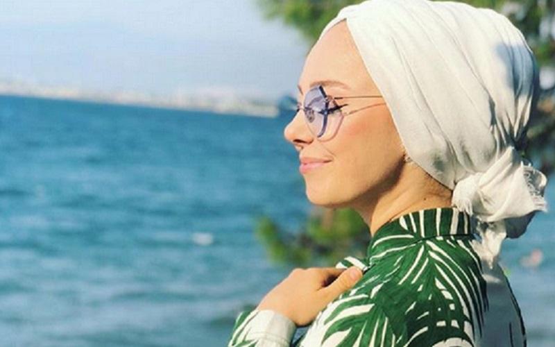https: img-k.okeinfo.net content 2019 11 07 617 2126934 4-gaya-hijab-motif-daun-daunan-cocok-untuk-menikmati-suasana-tropis-01JJL0H0Nu.jpg