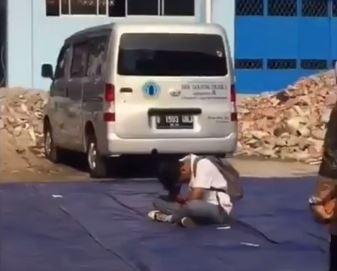 https: img-k.okeinfo.net content 2019 11 09 337 2127758 viral-siswa-sma-tertidur-saat-upacara-dibiarkan-temannya-terlelap-di-tengah-lapangan-slC7hzWrYd.JPG