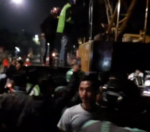 https: img-k.okeinfo.net content 2019 11 12 338 2128743 sopir-yang-dihajar-massa-karena-ugal-ugalan-di-poltangan-diduga-anggota-polisi-yh9m9RSuRw.jpg