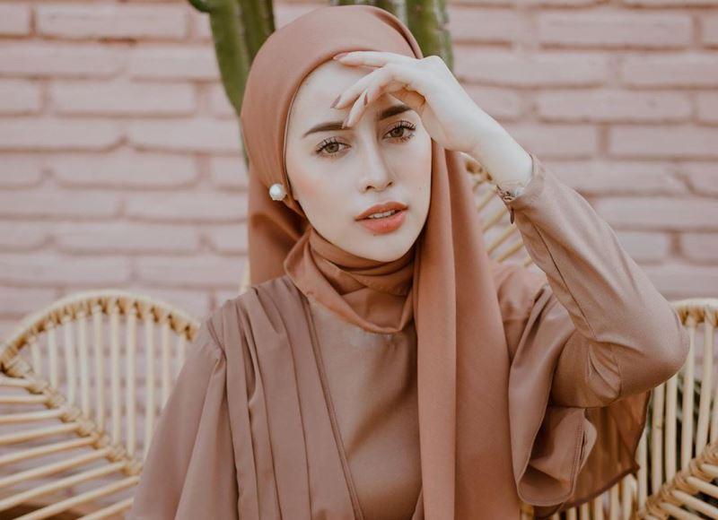 https: img-k.okeinfo.net content 2019 11 14 617 2129661 elegan-dan-fashionable-ini-3-inspirasi-dress-coklat-untuk-hijabers-nNLfghboZ3.jpg