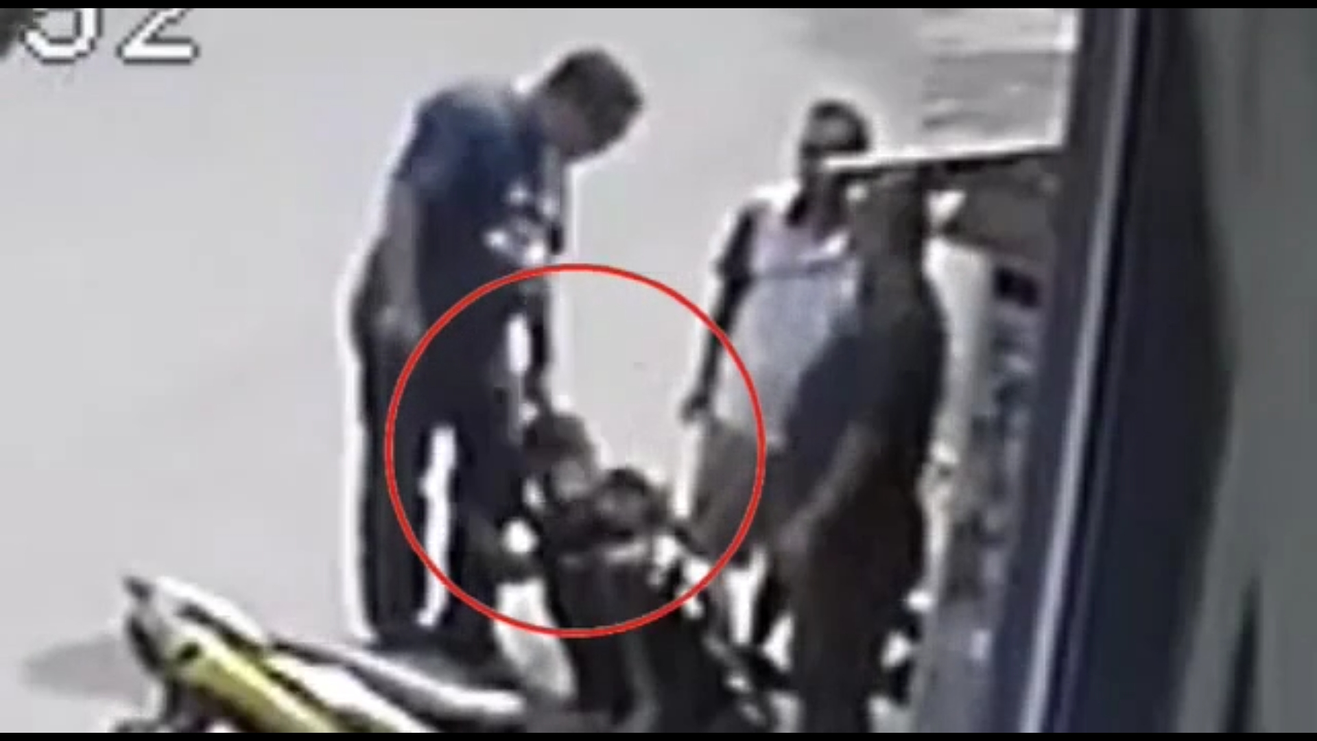 https: img-k.okeinfo.net content 2019 11 15 338 2130267 rekaman-cctv-pria-diduga-polisi-aniaya-pemuda-di-bogor-jadi-viral-oSetytHucI.jpg