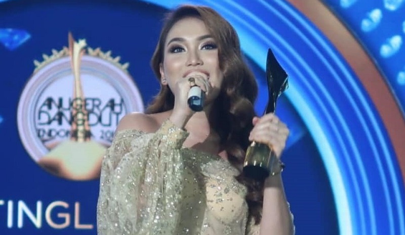 https: img-k.okeinfo.net content 2019 11 18 598 2131165 daftar-pemenang-anugerah-dangdut-indonesia-2019-ayu-ting-ting-borong-4-trofi-P863OopI4B.jpg