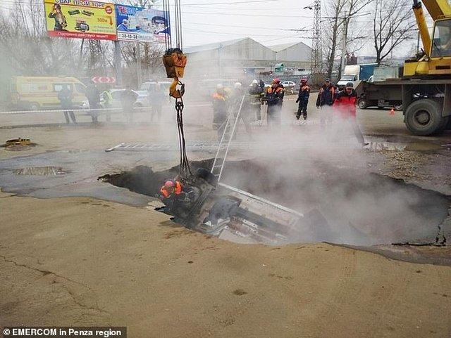 https: img-k.okeinfo.net content 2019 11 19 18 2131970 dua-pria-tewas-terebus-hidup-hidup-usai-mobil-masuk-lubang-berisi-air-panas-Il3oEtSnIP.jpg