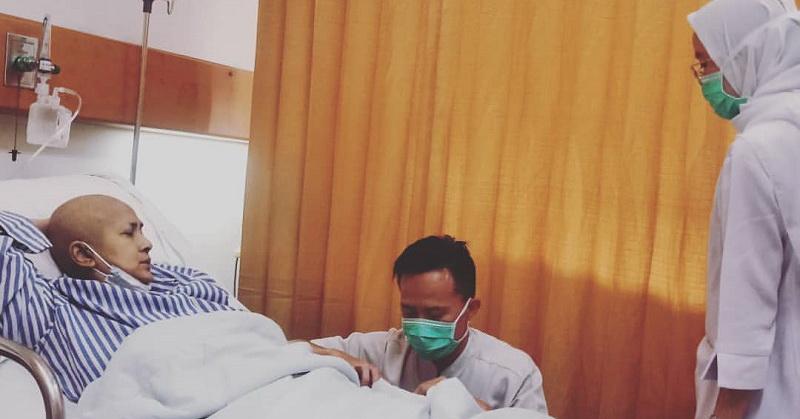 https: img-k.okeinfo.net content 2019 11 19 33 2131759 terbaring-di-rumah-sakit-ria-irawan-morning-day-1-di-rscm-BKrKdyNMVq.jpg