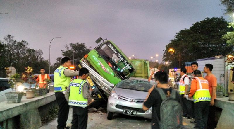 https: img-k.okeinfo.net content 2019 11 19 52 2131913 pengemudi-mobil-penyebab-tertinggi-kecelakaan-di-jalan-tol-nVX3JvIWFs.jpg