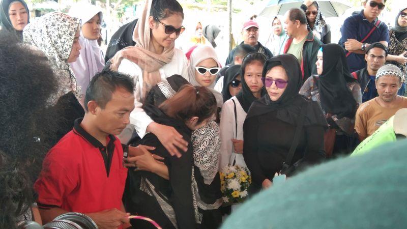 https: img-k.okeinfo.net content 2019 11 20 33 2132101 tangis-keluarga-pecah-saat-hadiri-proses-pemakaman-cecep-reza-r23nNs2G3g.jpg