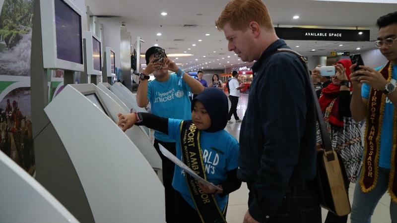 https: img-k.okeinfo.net content 2019 11 20 337 2132381 hari-anak-sedunia-bandara-juanda-berikan-pengalaman-anak-anak-jadi-petugas-3DIBb82avT.jpg