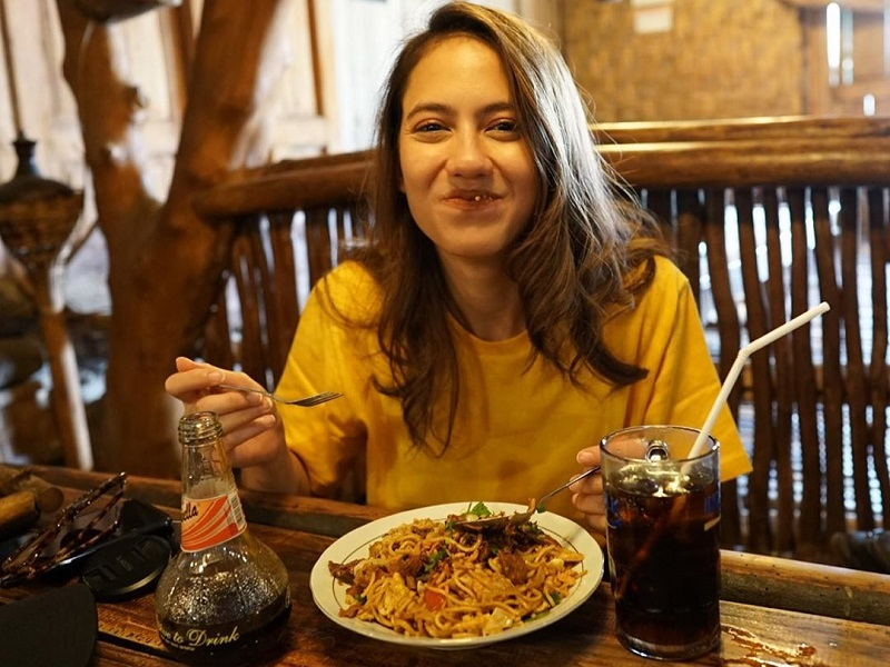https: img-k.okeinfo.net content 2019 11 21 298 2132737 intip-pevita-pearce-kulineran-di-yogyakarta-santap-gudeg-hingga-dawet-legendaris-VbJkRFjMOs.jpg