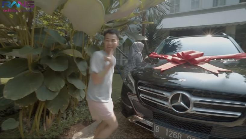 https: img-k.okeinfo.net content 2019 11 21 52 2132773 deretan-mobil-mahal-yang-dibeli-3-artis-indonesia-untuk-orang-tuanya-KKOSnmJPii.jpg