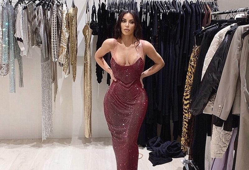 https: img-k.okeinfo.net content 2019 11 26 194 2134763 kim-kardashian-sedih-dan-nangis-saat-dress-versace-yang-dicoba-tidak-muat-R71ioqPFbt.jpg