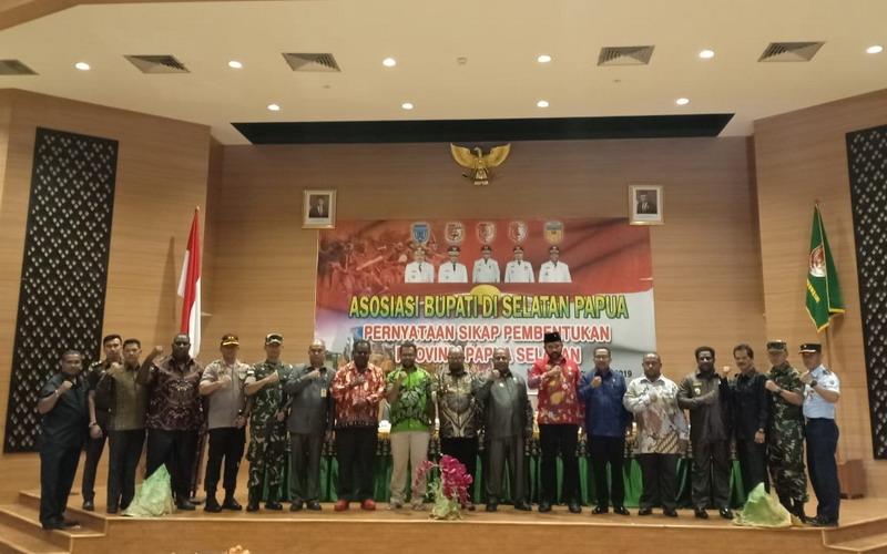 https: img-k.okeinfo.net content 2019 11 27 337 2135079 5-bupati-sampaikan-pernyataan-sikap-pembentukan-provinsi-papua-selatan-RdMtHDB1Ec.jpg