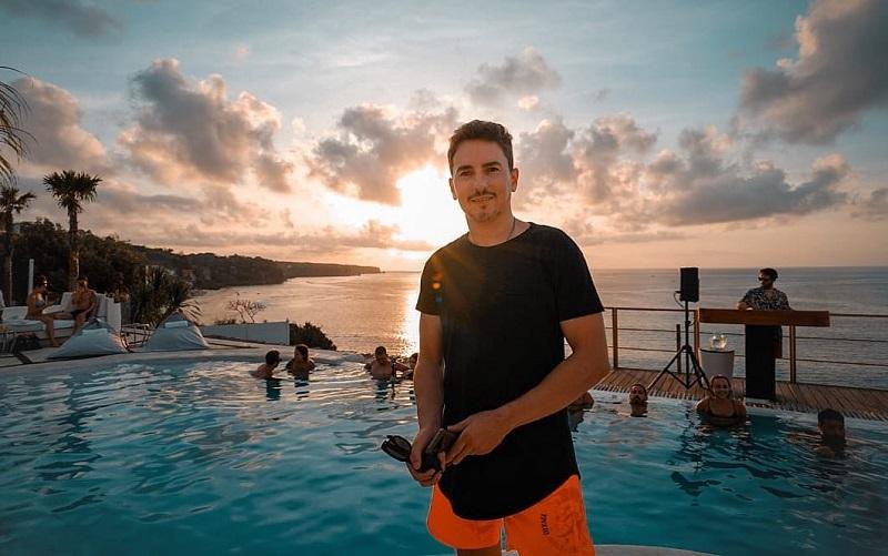 https: img-k.okeinfo.net content 2019 11 27 406 2135064 4-potret-liburan-jorge-lorenzo-di-bali-berenang-asyik-sampai-pamer-tubuh-atletis-C0rfsniKhV.jpg