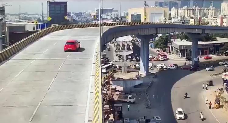 https: img-k.okeinfo.net content 2019 11 27 52 2134962 mobil-terjun-bebas-dari-flyover-pengemudi-wajib-perhatikan-kecepatan-menikung-QUe66TWjGF.jpeg