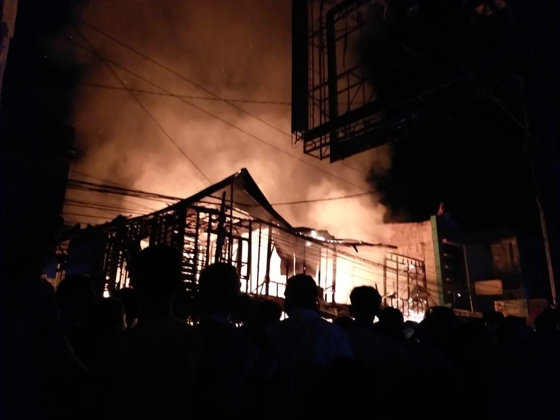 https: img-k.okeinfo.net content 2019 11 27 608 2135243 kebakaran-hebat-ruko-di-pusat-kota-madina-bikin-geger-warga-VFOPjYdnmx.jpg