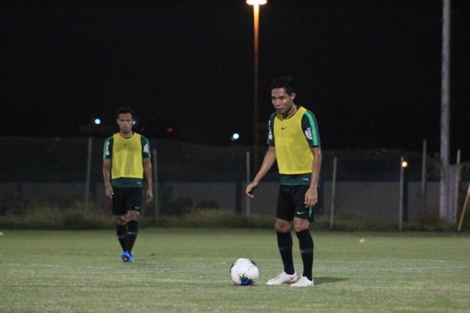 https: img-k.okeinfo.net content 2019 11 29 51 2135983 timnas-indonesia-u-22-vs-vietnam-duel-ketat-para-pemain-senior-SpaahD0ZQB.jpg