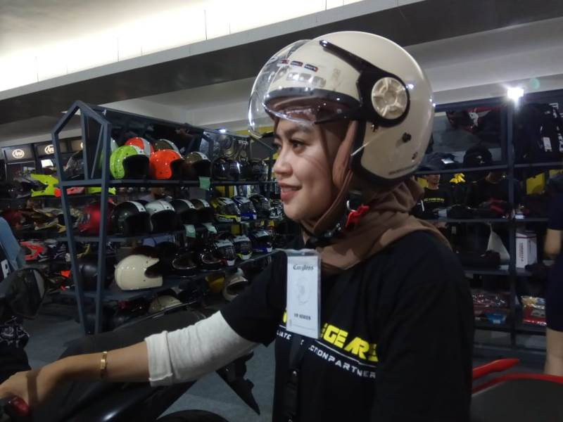 https: img-k.okeinfo.net content 2019 11 29 53 2136101 helm-khusus-bikers-berhijab-hadir-di-iims-motobike-expo-2019-gqgj5Zg4dT.jpg