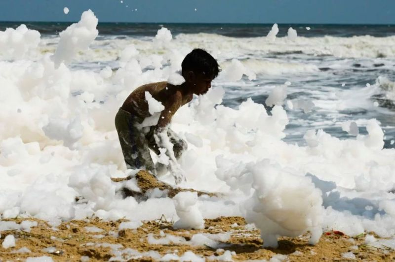https: img-k.okeinfo.net content 2019 12 04 18 2137737 pantai-terkenal-india-tertutup-busa-beracun-usai-hujan-deras-Fz4bXzaz6Y.jpg