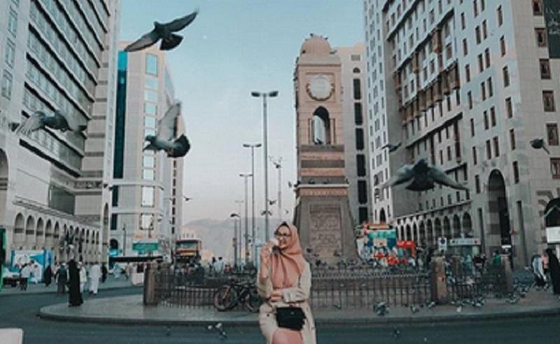 https: img-k.okeinfo.net content 2019 12 04 617 2137762 umrah-ini-gaya-cantik-angkie-yudistia-di-makkah-dan-madinah-ELtWioxQ2e.jpg