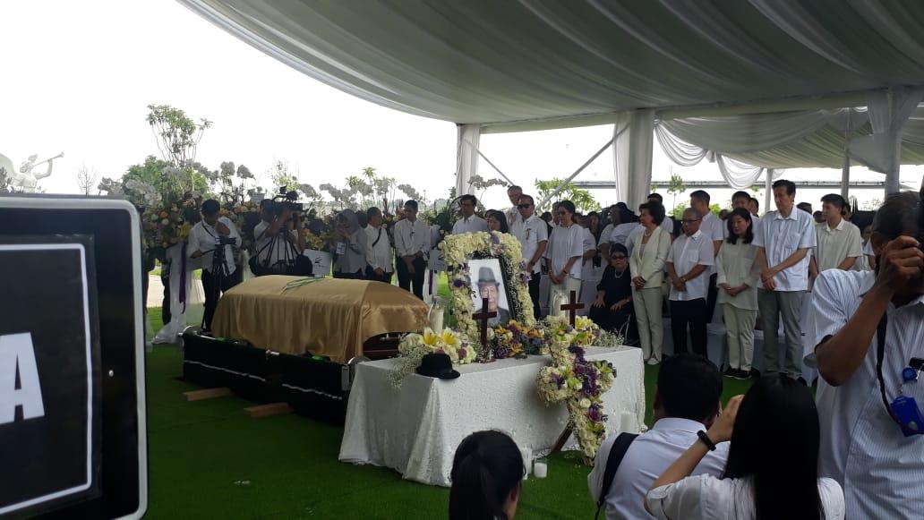 https: img-k.okeinfo.net content 2019 12 05 470 2138213 jenazah-ciputra-tiba-keluarga-hingga-karyawan-padati-pemakaman-zV8LxbC1hY.jpeg