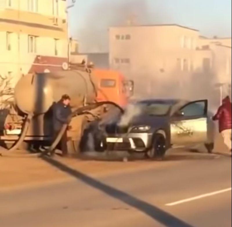 https: img-k.okeinfo.net content 2019 12 05 52 2138482 mobil-tinja-bantu-padamkan-bmw-x6-yang-tengah-terbakar-di-jalan-LzDeGODYtK.jpg