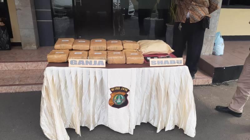 https: img-k.okeinfo.net content 2019 12 07 338 2139079 bandar-dan-pengedar-narkoba-di-depok-ditangkap-18-kg-ganja-disita-aFraoB04Wx.jpg