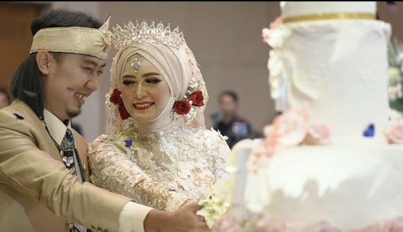 https: img-k.okeinfo.net content 2019 12 08 33 2139342 lepas-status-duda-pernikahan-ade-jigo-digelar-mewah-di-malang-wNRO8aMHuZ.JPG