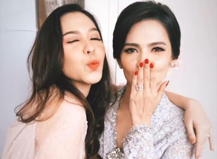https: img-k.okeinfo.net content 2019 12 12 33 2141238 resmi-menikah-dengan-richard-kevin-intip-penampilan-cantik-cut-tari-GsJXxapTrG.jpg