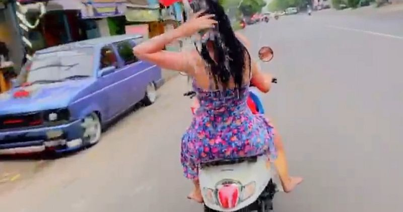 https: img-k.okeinfo.net content 2019 12 13 519 2141764 diamankan-polisi-2-wanita-yang-mandi-sambil-kendarai-motor-minta-maaf-l9F4vk368l.jpg