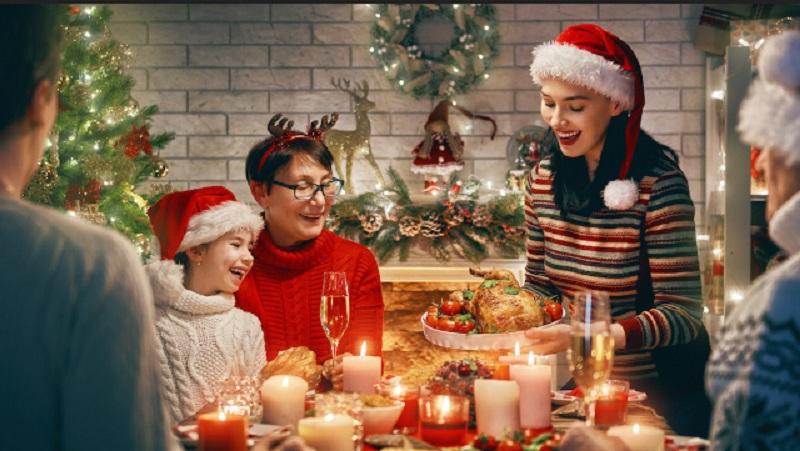 https: img-k.okeinfo.net content 2019 12 19 196 2143855 nuansa-gold-pada-dekorasi-meja-makan-bikin-perayaan-natal-lebih-istimewa-2acgj22pw1.jpeg