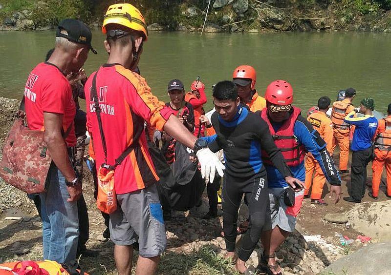 https: img-k.okeinfo.net content 2019 12 23 338 2145137 pembina-santri-bogor-yang-tenggelam-di-sungai-cianten-ditemukan-tewas-mTtt2zbI2p.jpg