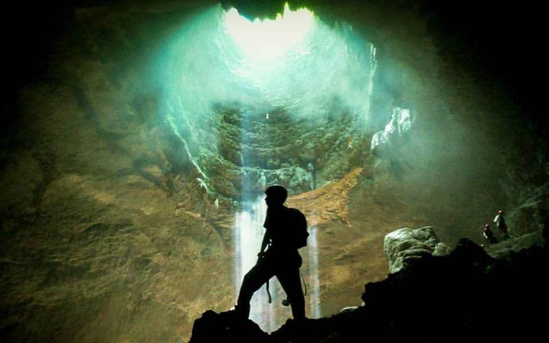 https: img-k.okeinfo.net content 2019 12 24 406 2145489 5-gua-eksotis-di-indonesia-cocok-untuk-pencinta-caving-XSkfrCabkr.jpg