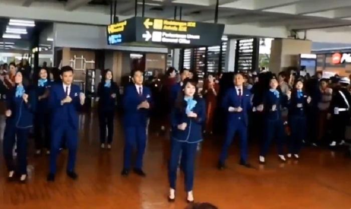 https: img-k.okeinfo.net content 2019 12 24 406 2145754 heboh-pramugari-flashmob-rayakan-natal-di-bandara-soetta-bW0OireIqH.jpg